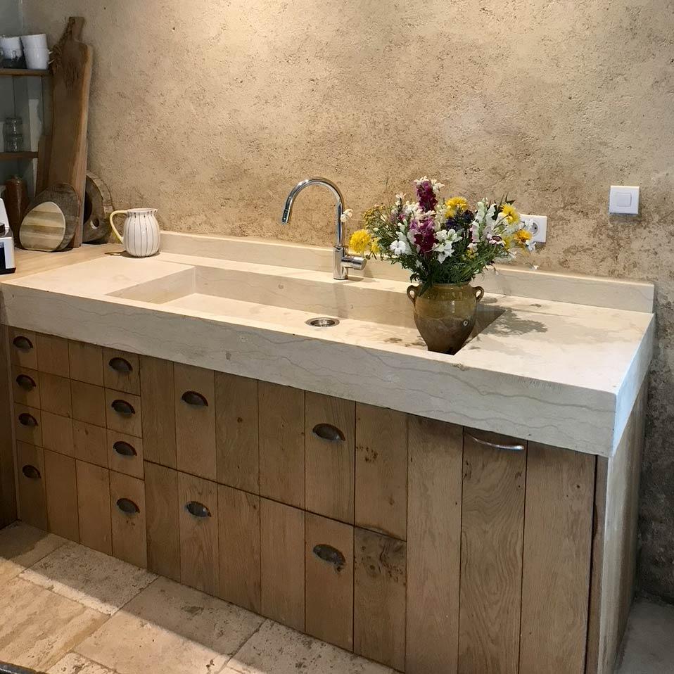 grand évier monolithe en pierre du désert réalisé sur mesure avec une seule vasque